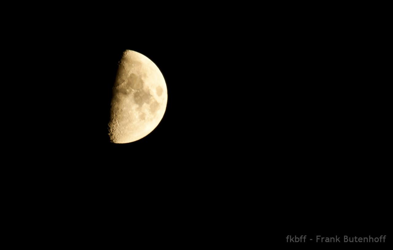 Bei Nacht den Mond aufgenommen